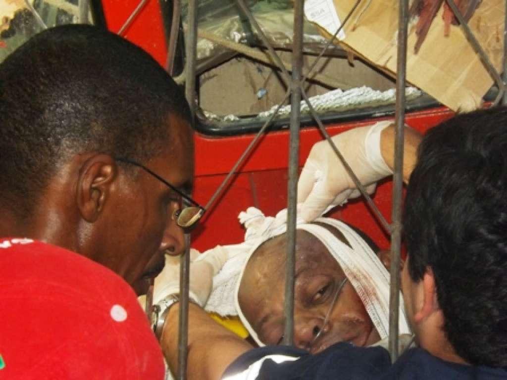 Motorista de caminhão gravemente ferido após colidir com residência em Candeias