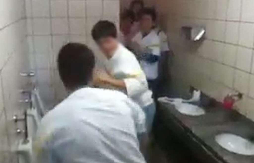 Flagra de mulher no banheiro not give