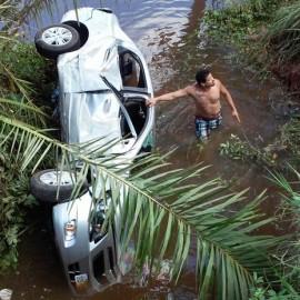 Médica perde controle de carro e cai de ponte de quatro metros de altura, em Aratuípe