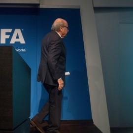 Pela porta dos fundos: Joseph Blatter decide entregar cargo de presidência (Foto: VALERIANO DI DOMENICO / AFP)