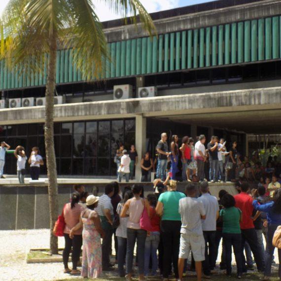 Manifestação de servidores públicos na frente da prefeitura de Camaçari. Foto: Maíra Lima.