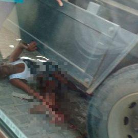 mulher atropelada embaixo de caminhão