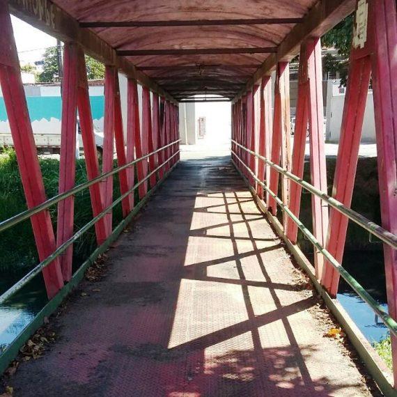 56c2221506 Passarela deteriorada sobre rio oferece risco a moradores de Lauro ...