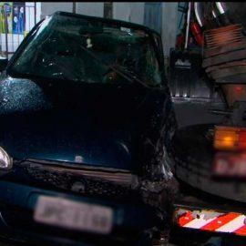 Caminhão bate em carro e atinge casa em Feira de Santana.