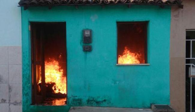 Homem ateia fogo em bíblia e incendeia casa em Brumado - BAHIA NO AR