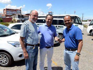 Elinaldo entrevou à Sesau 15 novos veículos.