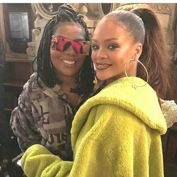 Ludmilla posa com Rihanna após desfile em Paris