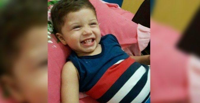 Menino de dois anos morre após ser atropelado pelo pai