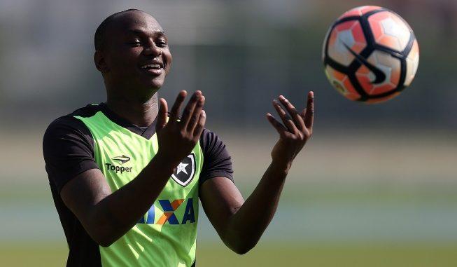 Botafogo e Cruzeiro acertam troca Sassá por Marcos Vinícius