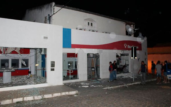 Monte Santo: grupo armado invade banco, explode caixas eletrônicos e troca tiros com policiais
