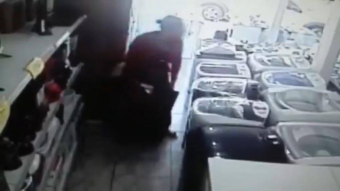 Mulher esconde TV de 32'' entre as pernas; vídeo — Furto