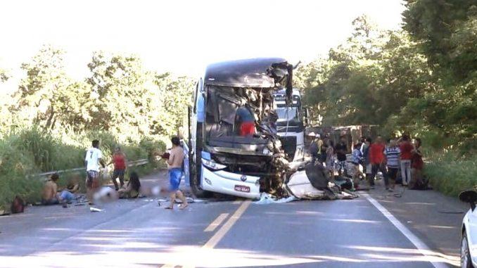 Acidente de ônibus em rodovia mata ao menos 8 pessoas