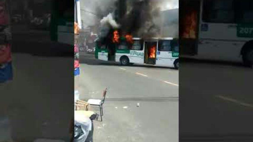 Vídeo  em protesto ônibus é incendiado no bairro da Sussuarana - BAHIA NO AR 2164e9df04638