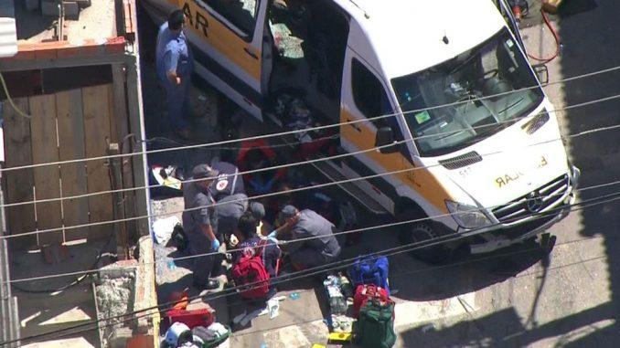SP: Acidente entre van e caminhão deixa feridos