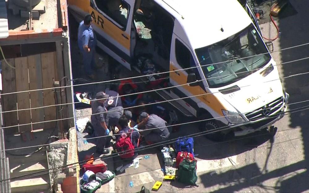 Colisão entre van escolar e caminhão deixa 9 crianças feridas