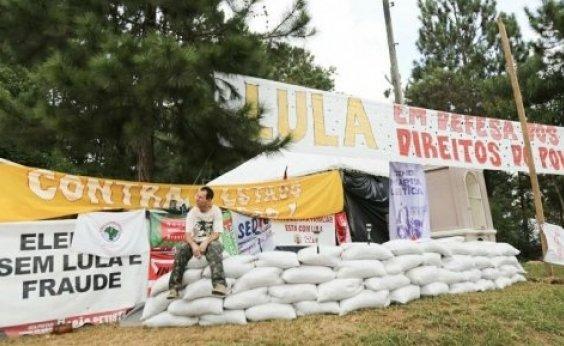 Homem tenta atropelar membros do acampamento pró-Lula nesta terça (26)