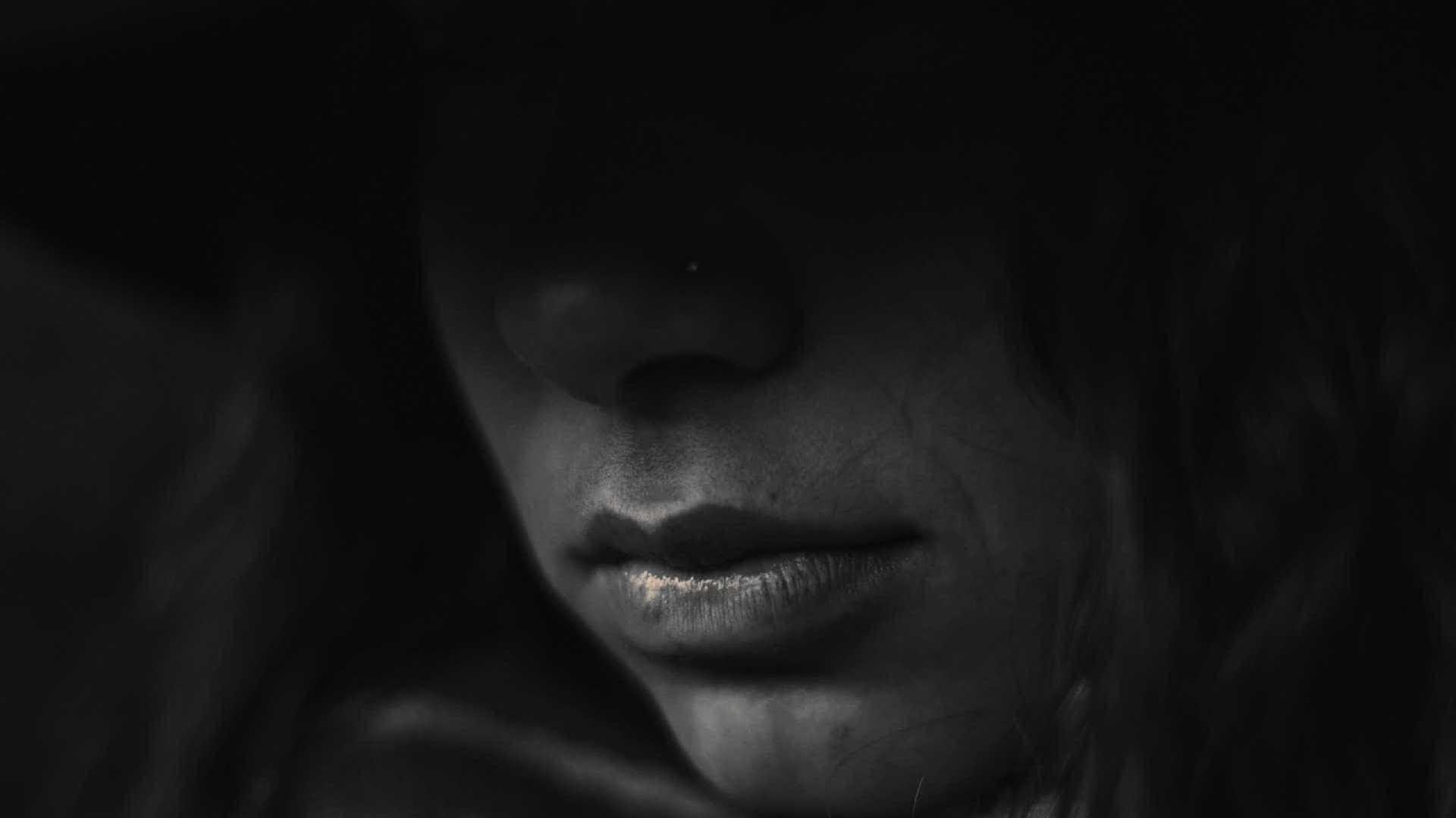 Mulher constrói quarto para companheiro abusar da própria filha