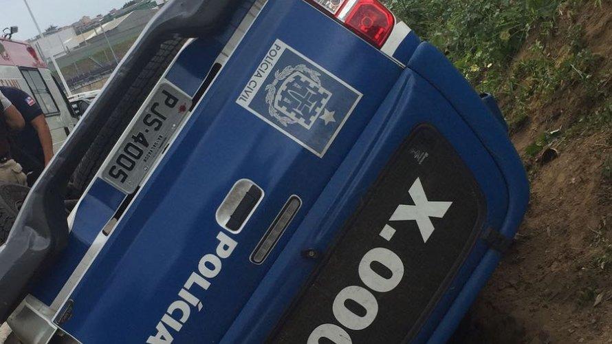 Viatura da Polícia Civil capota em Pirajá