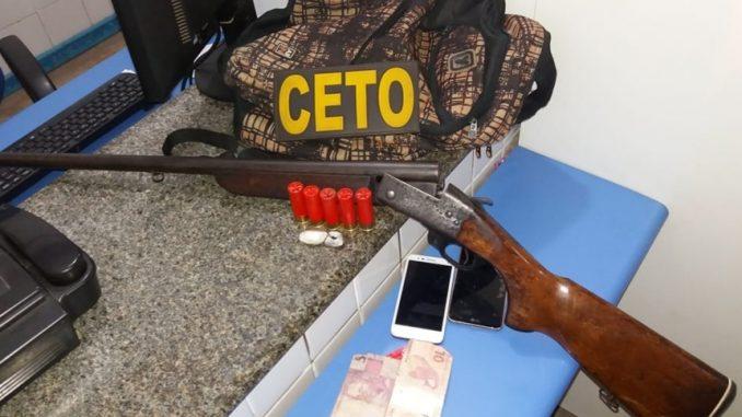 Suspeitos são presos após serem flagrados com espingarda e drogas em ... 1196ab9699c46