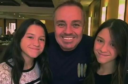 Gugu faz homenagem após filhas gêmeas completarem 15 anos