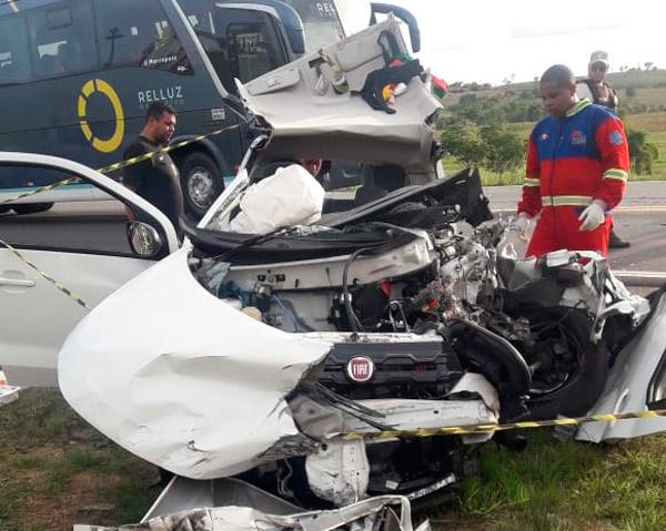 Mulher morre e idoso fica ferido após grave acidente na BA-093