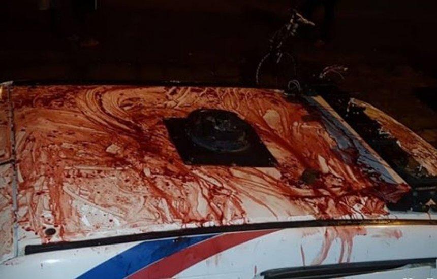 Paciente surta dentro de ambulância, tenta destruir veículo e se golpeia