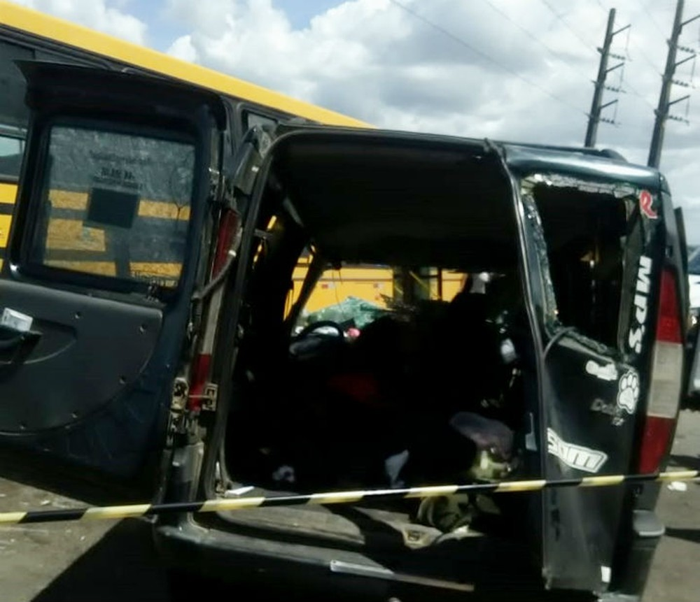 Colisão entre ônibus escolar e carro deixa dois mortos na Ilha de Itaparica