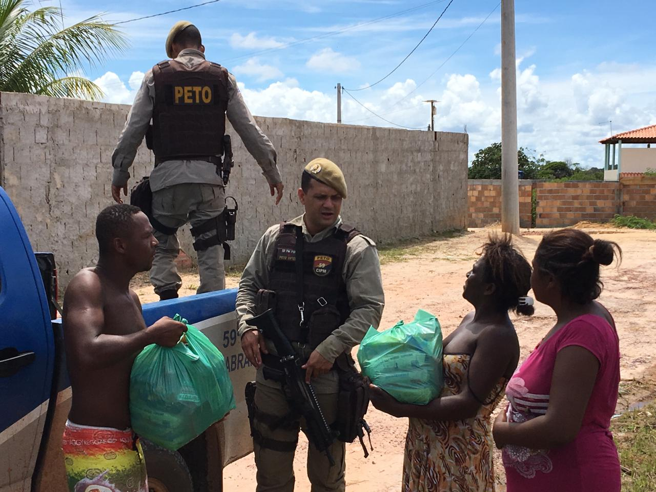 PMs realizam ação social em Vila de Abrantes
