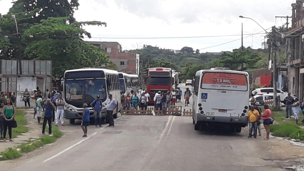 Manifestantes bloqueiam  via em Simões Filho nesta segunda-feira(22)