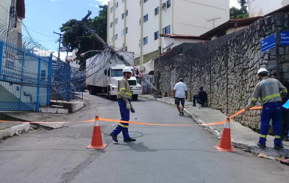 Salvador: caminhão derruba poste, rua é interditada e região fica sem energia