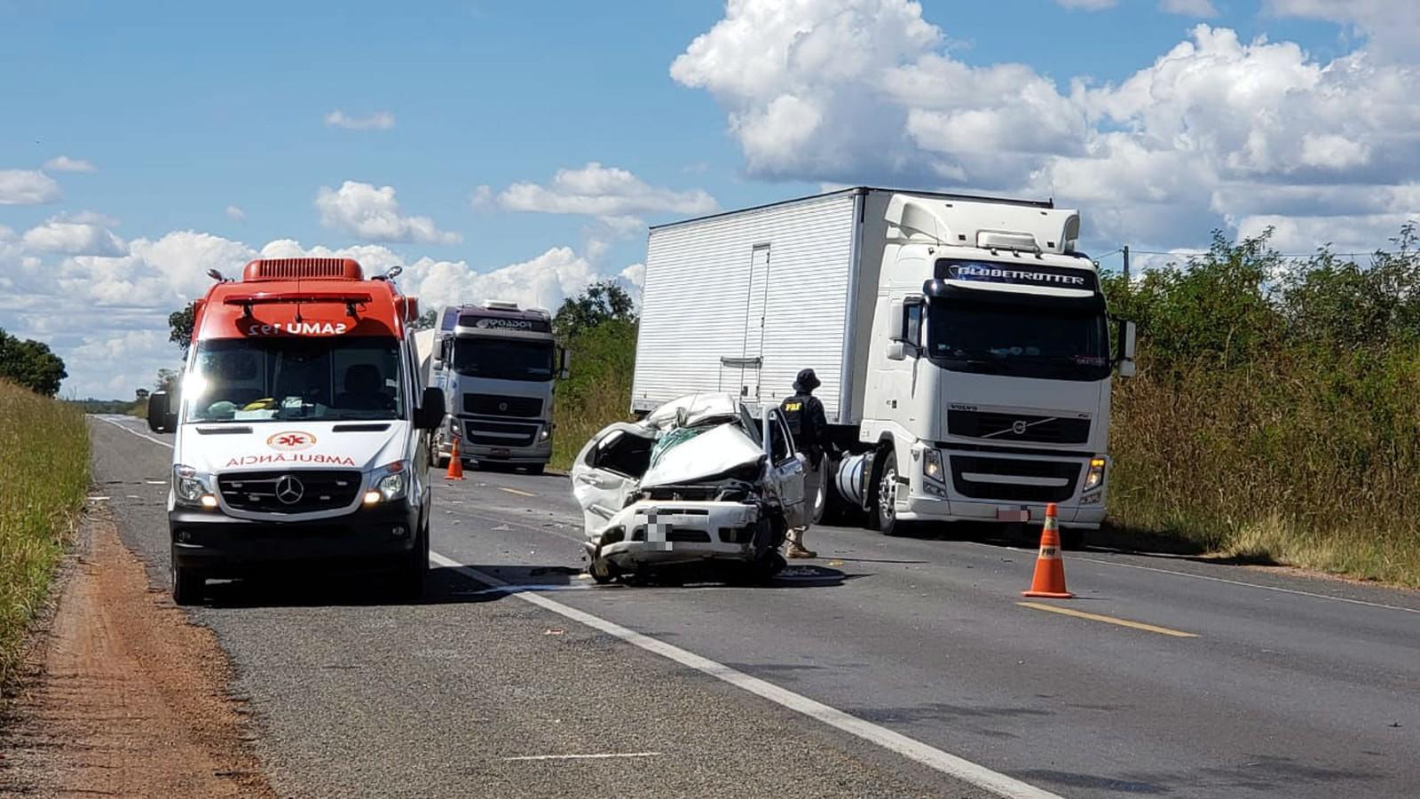 Homem morre após carro bater de frente com carreta no oeste da Bahia
