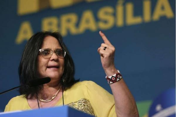 Damares Alves diz que 'Nordeste tem manual de bruxaria para crianças'; veja o vídeo