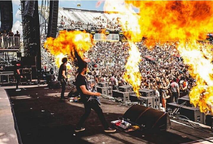 Guitarrista tem rosto queimado no palco e continua show; assista