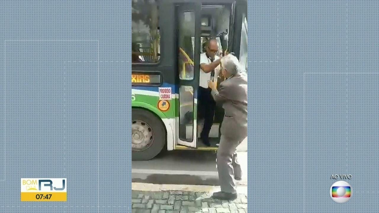 Motorista fecha porta e dá chute em idoso para impedi-lo de embarcar em ônibus
