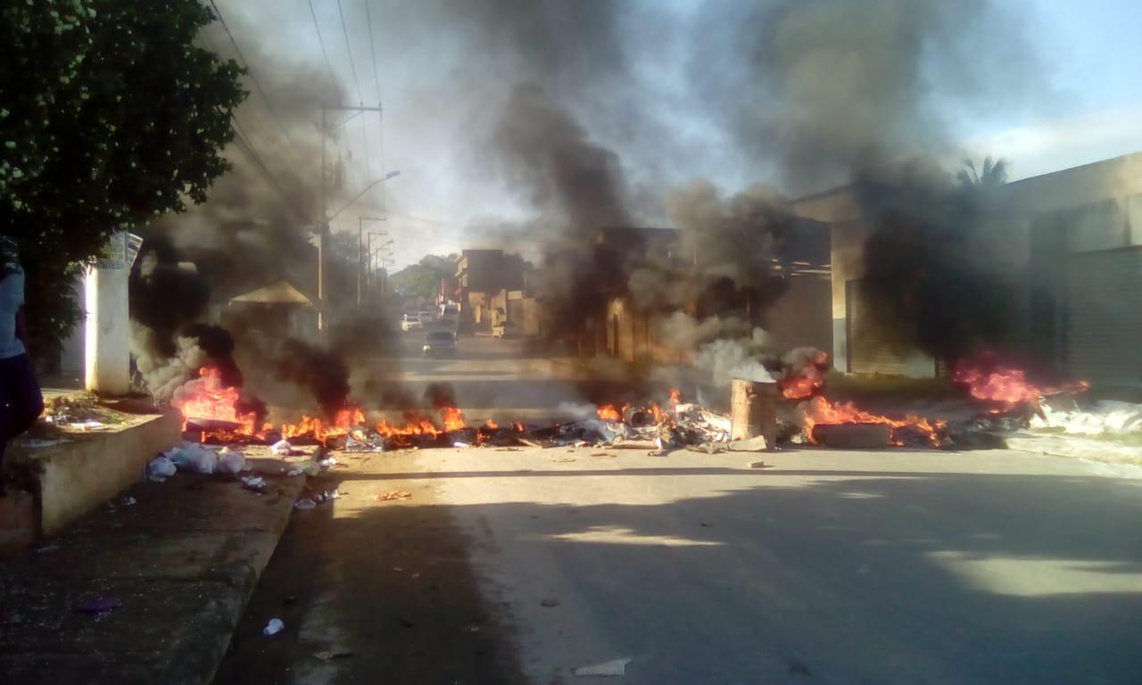 Simões Filho: moradores queimam pneus e interditam pistas no Loteamento São Miguel