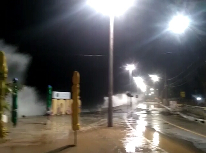 Mar invade calçada e assusta moradores de Jauá; assista