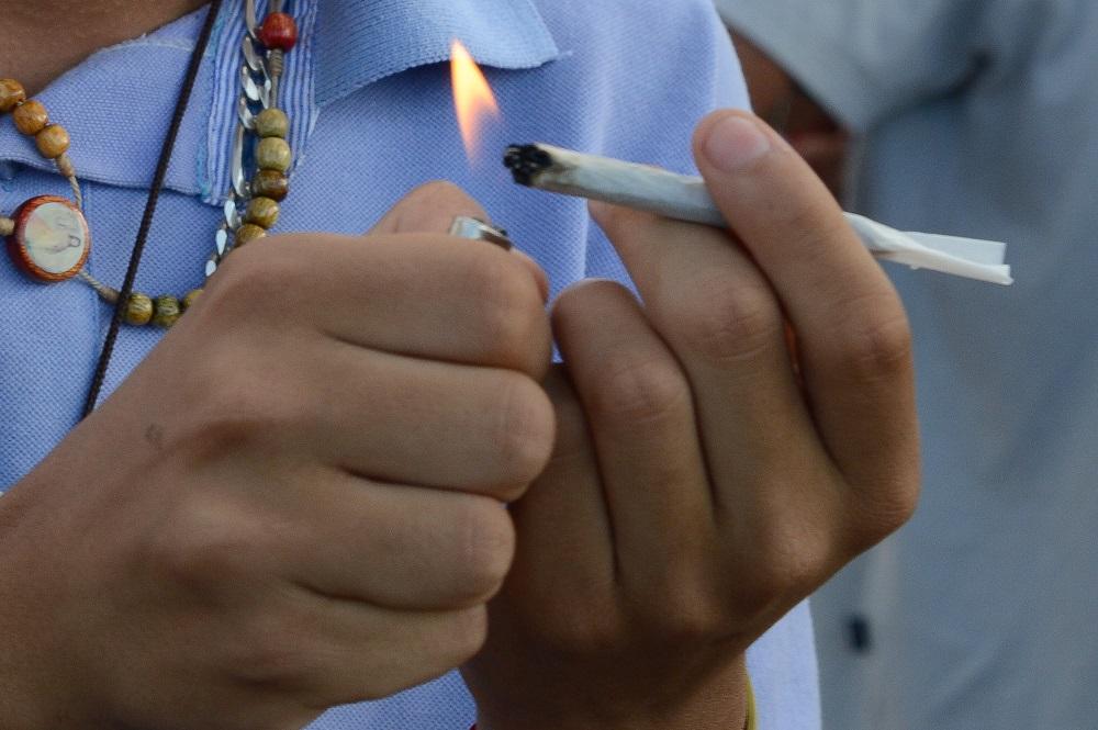 Bombeiros são flagrados fumando maconha dentro de carro em Salvador