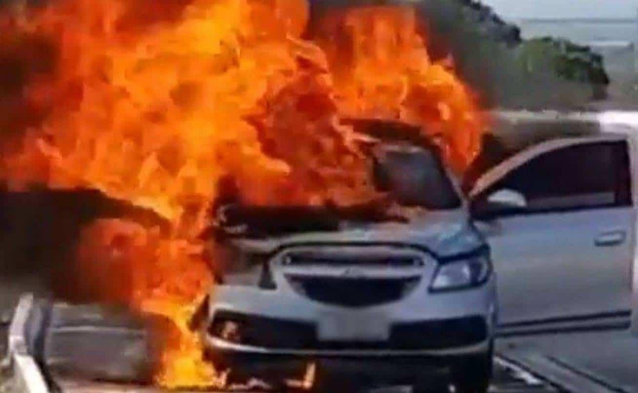Carro é incendiado com duas pessoas dentro em Simões Filho