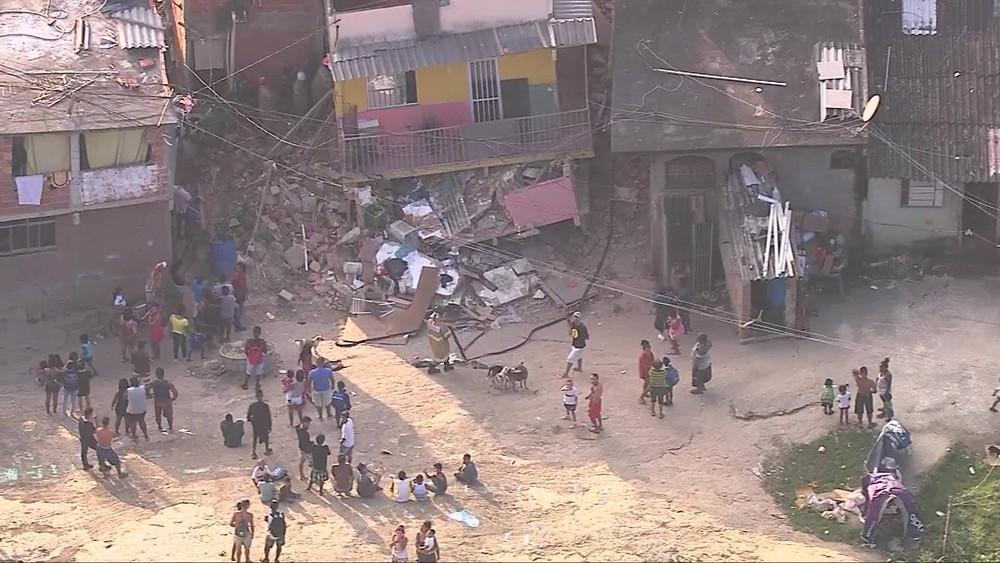 Casa desaba na Zona Oeste do Rio; duas pessoas estão desaparecidas