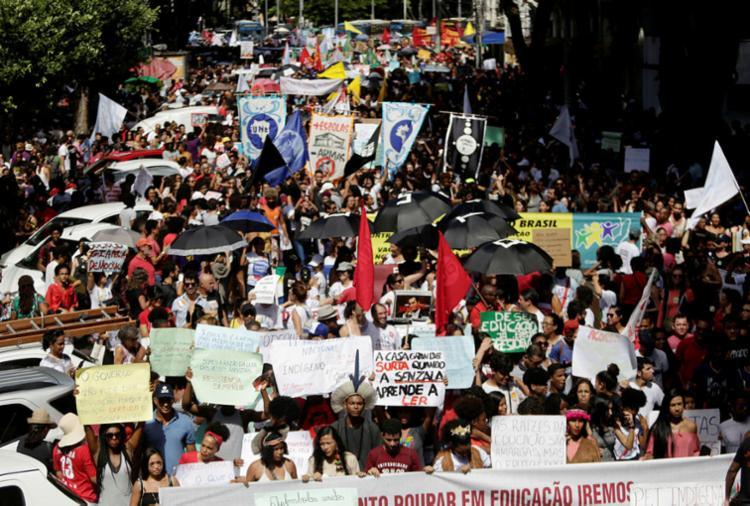 Estudantes e professores voltam às ruas em novo ato pela educação nesta terça (13)