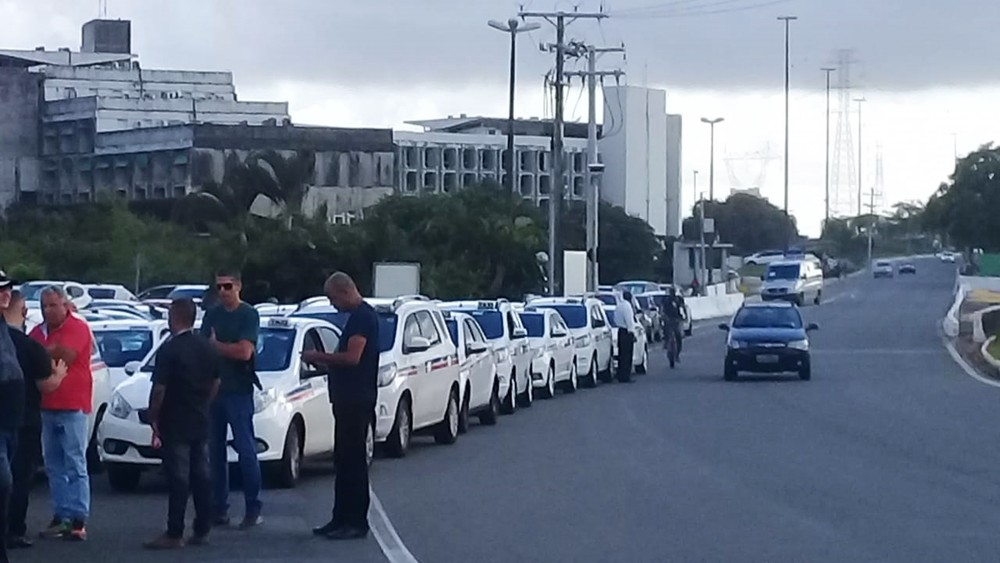 Taxistas realizam carreata nesta segunda-feira (12), em Salvador
