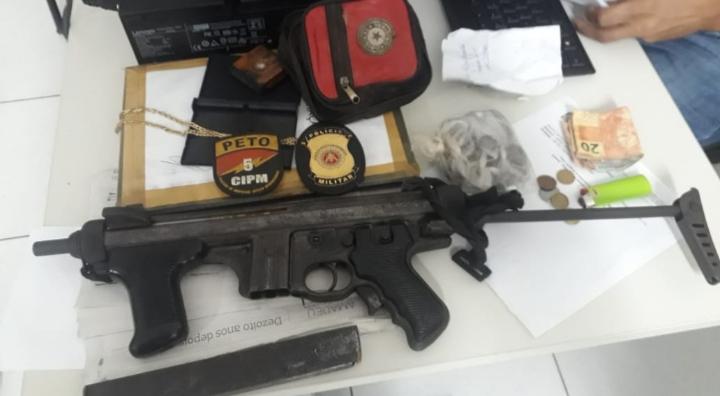 Submetralhadora e drogas são encontradas com traficante em Vera Cruz