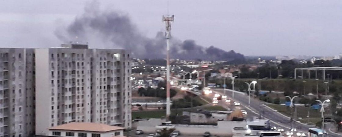 Incêndio atinge empresa e cria grande nuvem de fumaça em Lauro de Freitas