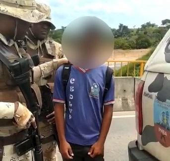 Vídeo: PM's salvam estudante que ia se jogar de viaduto em Simões Filho