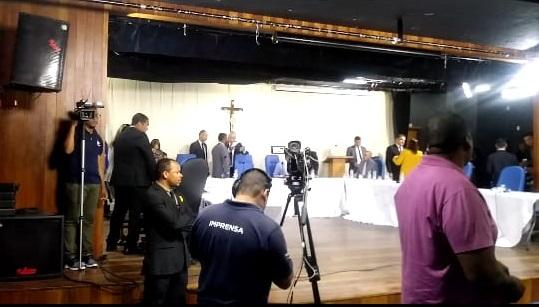 Vídeo: sessão da Câmara de Camaçari é encerrada após confusão entre militantes partidários