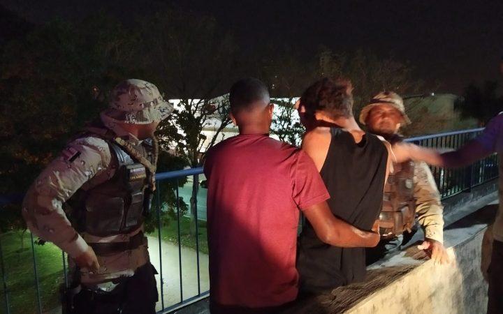 Policiais resgatam jovem que ameaçava pular de viaduto em Feira de Santana