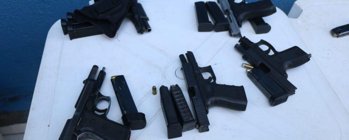 Armas e celulares apreendidos durante operação na Aspra são levados para perícia