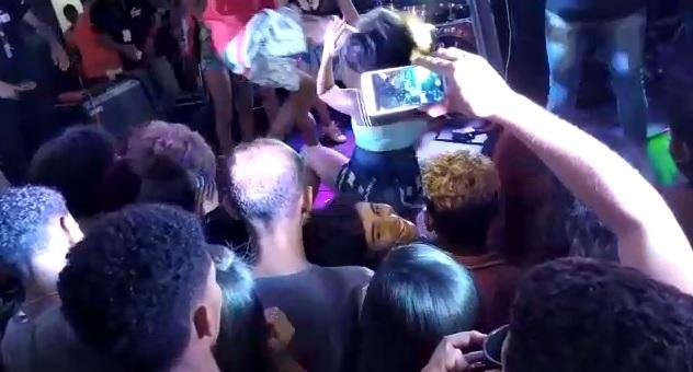 Vídeo: jovem é agredida com chute no rosto durante show de pagode em Pojuca