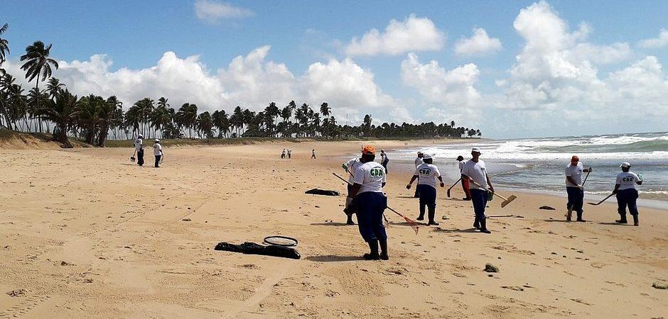 Mais de 15 toneladas de óleo já foram retiradas em Mata de São João