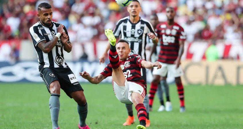 Em momentos opostos, Botafogo e Flamengo se enfrentam no Nilton Santos